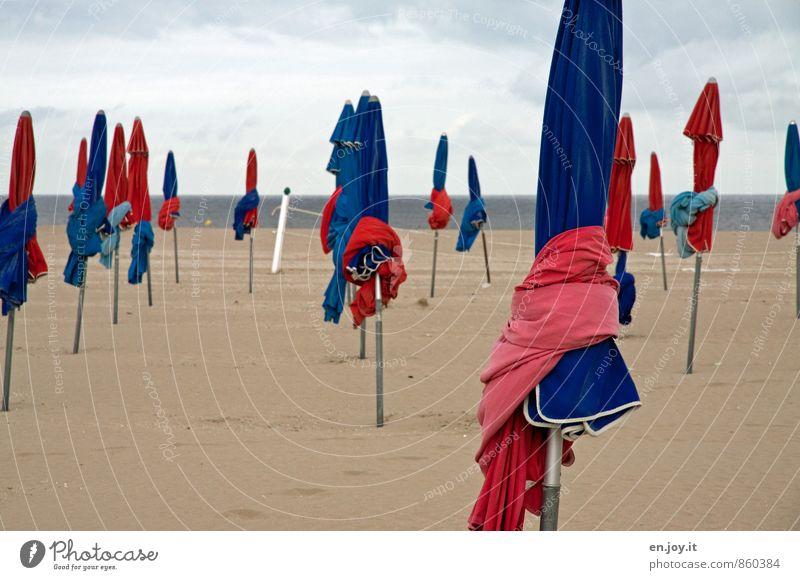 wetterfest Ferien & Urlaub & Reisen Tourismus Sommerurlaub Strand Meer Wolken Horizont Klima Wetter schlechtes Wetter blau rot standhaft Einsamkeit Sonnenschirm