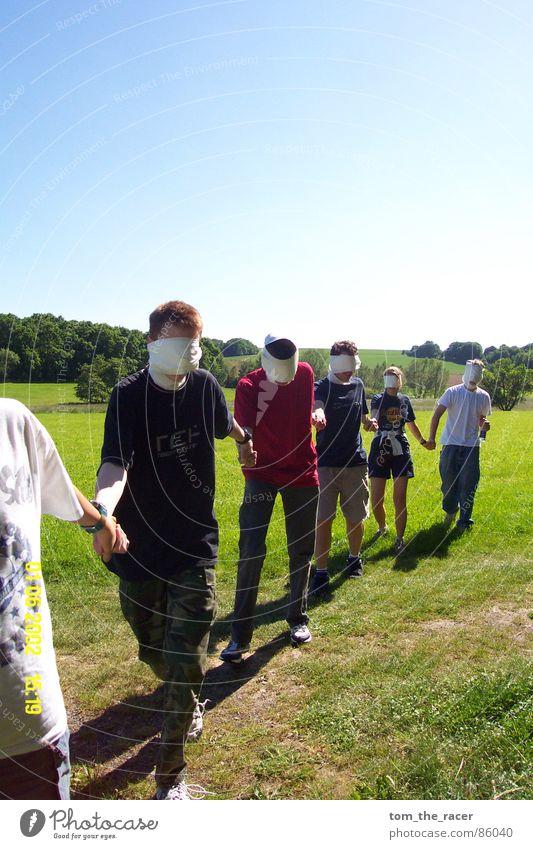 Blinde Kühe Toilettenpapier Verbundenheit Hand Wiese ausgesetzt blind Mann Frau Spielen Freizeit & Hobby lustig Suche führen Sicherheit unsicher Sommer Aktion