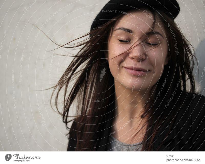 . feminin Junge Frau Jugendliche 1 Mensch Jacke Mütze brünett langhaarig Lächeln schön Freude Glück Fröhlichkeit Zufriedenheit Lebensfreude Optimismus