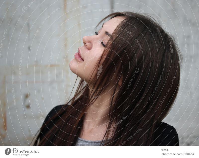 Yuliya feminin 1 Mensch 18-30 Jahre Jugendliche Erwachsene T-Shirt Jacke brünett langhaarig Scheitel genießen träumen ästhetisch Glück schön Zufriedenheit