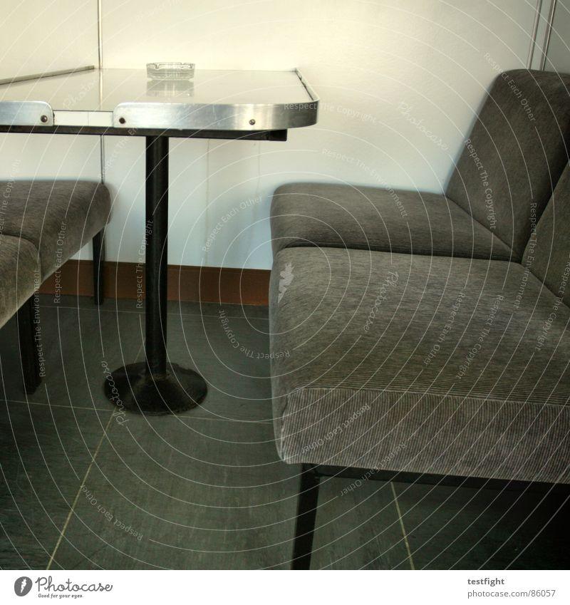 sitzgelegenheit mit aschenbecher Rauchen Fähre Tisch Wasserfahrzeug ankern Innenaufnahme Aschenbecher Siebziger Jahre Achtziger Jahre Wand Laminat grau braun