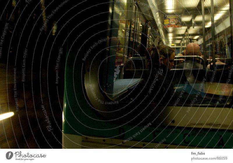 Unterwegs ruhig Licht fahren Paris Frankreich Tunnel Bahnfahren S-Bahn Geschwindigkeit Neonlicht U-Bahn schweigen Lied dunkel Jugendliche Mensch Bewegung