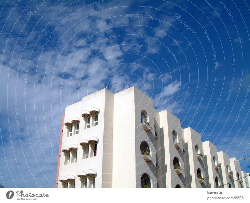 Haus in Casablanca Marokko Wolken Hochhaus Architektur Himmel blau