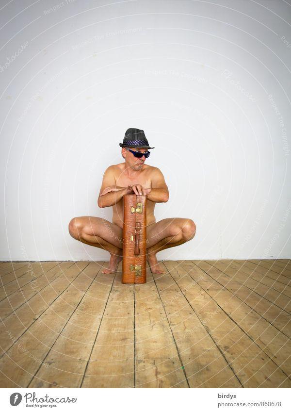 Mann Mann Mann mit Koffer Erwachsene 1 Mensch 45-60 Jahre Holzfußboden Sonnenbrille Hut beobachten hocken Blick ästhetisch außergewöhnlich nackt retro Coolness