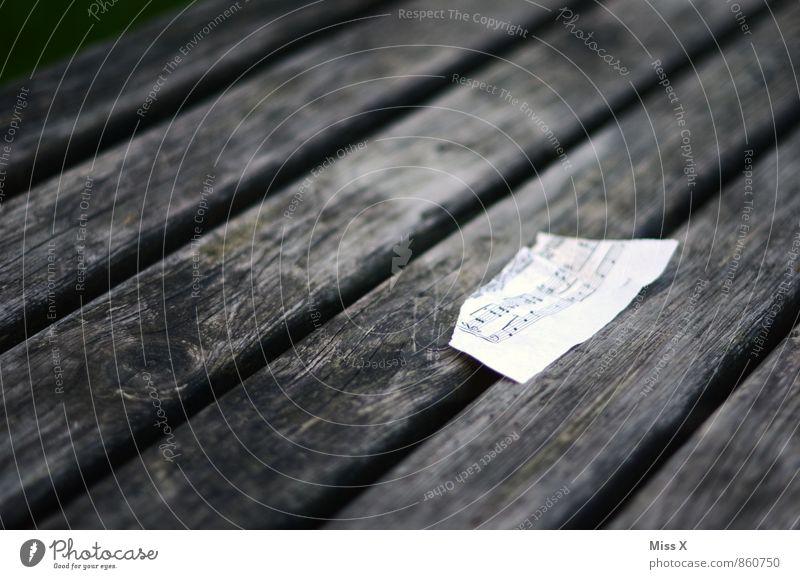 Musik Einsamkeit Gefühle Holz Stimmung Papier kaputt Müll Zettel Musiknoten gerissen Notenblatt