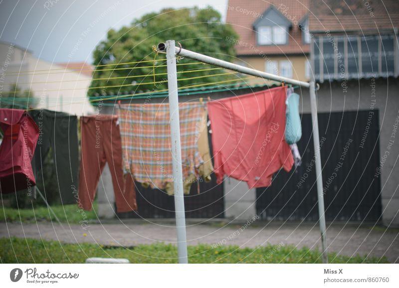 Schmutzige Wäsche waschen Häusliches Leben Garten Bekleidung Hemd nass Sauberkeit trocken Reinlichkeit Wäscheleine Farbfoto Außenaufnahme Menschenleer