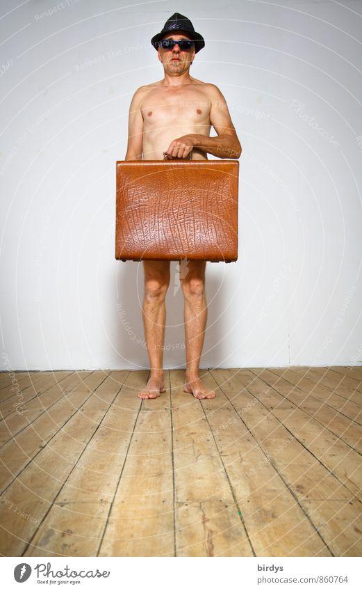 """Nackter Mann nur mit Hut , Sonnenbrille und einem alten Koffer Erwachsene Männlicher Senior 1 hartz4"""" Mensch 45-60 Jahre 60 und älter Altersarmut Holzfußboden"""