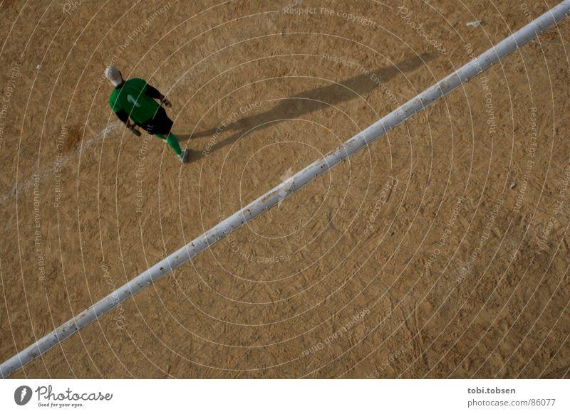 halbzeit Valencia braun grün Ballsport Treffer farbneutral Sportplatz Junger Mann beige verdunkeln Spielfeld hell Platz Spielen Schatten Fußball tormann Mensch