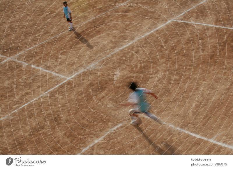 bolzplatz - der zweite Mensch Kind Sport Fußball hell braun Perspektive Platz Sportmannschaft Spielfeld beige Treffer Ballsport verdunkeln Valencia Sportplatz