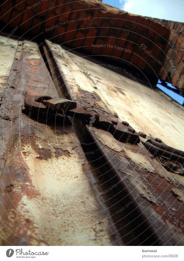 Tor alt Metall Tür Industrie Burg oder Schloss Rost