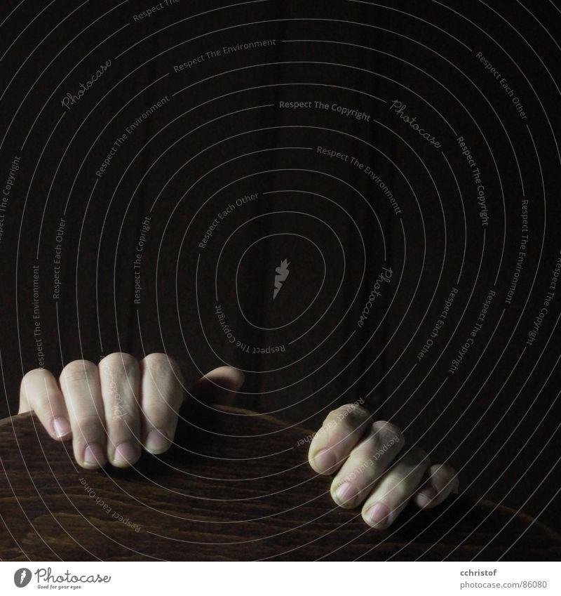 Panic Finger Hand festhalten Holz Nervosität Angst bleich Panik anklammern schmutzige Fingernägel hinauf ziehen