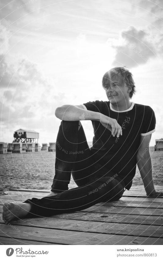 wolf am strand Mensch Ferien & Urlaub & Reisen Mann Erholung ruhig Strand Erwachsene Wärme Glück Lifestyle Zufriedenheit blond sitzen Fröhlichkeit 45-60 Jahre