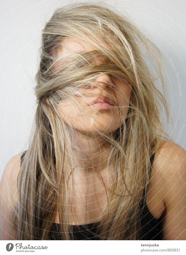 Frau mit blonden Haaren Mensch Erwachsene Haut Kopf Haare & Frisuren Gesicht 1 18-30 Jahre Jugendliche Mode genießen verrückt langhaarig chaotisch Farbfoto