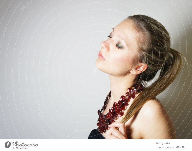 Junge schöne Frau mit Halskette Reichtum Stil Haare & Frisuren Haut Gesicht Schminke Erwachsene Körper Auge 1 Mensch 18-30 Jahre Jugendliche Mode Kleid blond