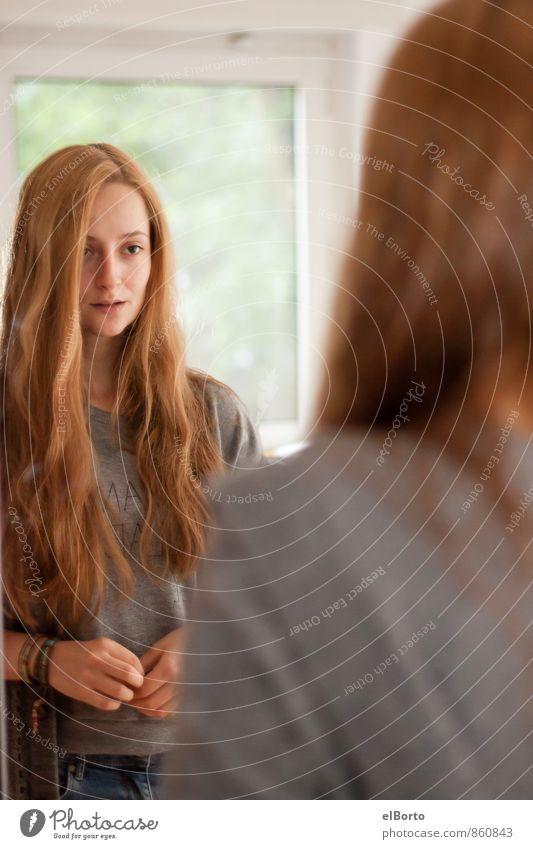 Frau im Spiegel Mensch feminin Junge Frau Jugendliche Erwachsene Haare & Frisuren 1 18-30 Jahre brünett rothaarig langhaarig Scheitel beobachten Denken Blick