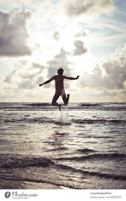 springinsmeer Sommer Sommerurlaub Mann Erwachsene 1 Mensch 30-45 Jahre Wolken Wellen Nordsee Meer springen frei nackt natürlich verrückt Freude Fröhlichkeit