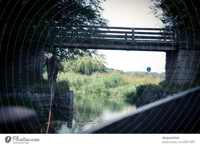 Treidelfahrt auf einem Fluß. Das Pferd zieht das Boot mit einem langen Seil.. Es geht gerade unter einer kleinen Brücke hin durch. harmonisch Erholung ruhig