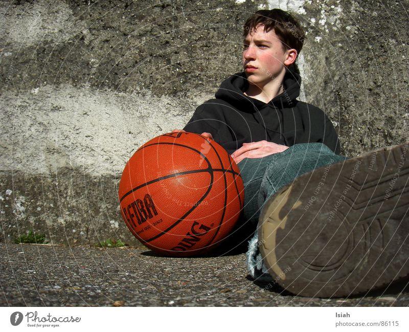 auch mal nach anderem ausschau halten. dunkel Denken Trauer Ball untergehen Basketball Ballsport Spalding