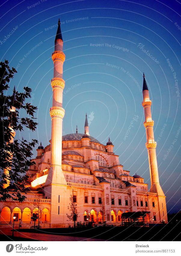 schraeg leuchtend Architektur Adana Türkei Asien Stadt Stadtzentrum Park Turm Bauwerk Gebäude Moschee Minarett Sehenswürdigkeit groß blau gelb gold Kultur