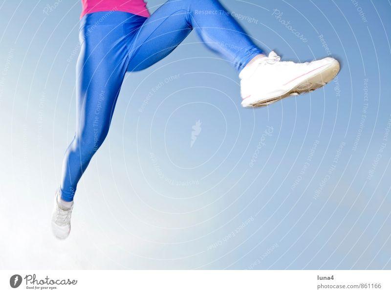 Joggen Mensch Frau Himmel Jugendliche blau Junge Frau 18-30 Jahre Erwachsene feminin Sport Beine springen Fitness sportlich rennen Sportler
