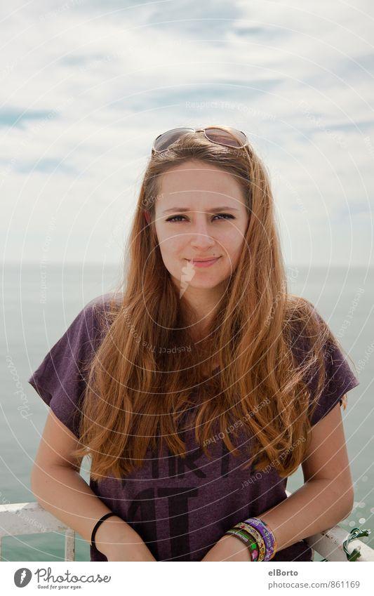Junge Frau am Meer Ferne Kreuzfahrt Mensch feminin Jugendliche Erwachsene Haare & Frisuren 1 18-30 Jahre Himmel Wolken Sonnenbrille brünett langhaarig Horizont