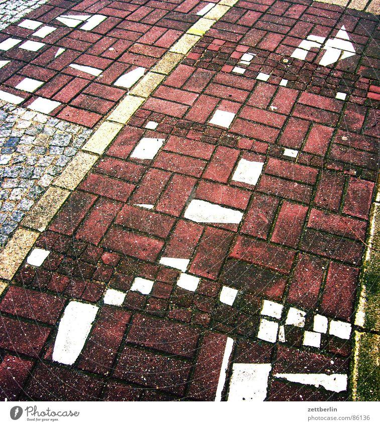 Pfeil Fußweg Bürgersteig chaotisch durcheinander Puzzle Pflastersteine versetzt Bodenmarkierung