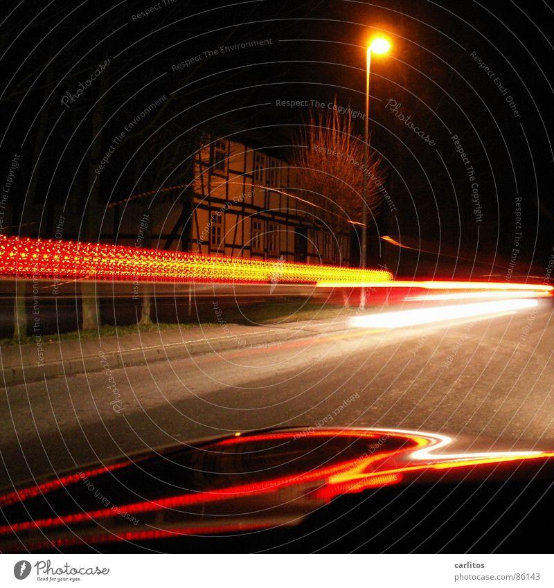 Mr. Beam Nacht Licht Leuchtspur Rücklicht Straßenbeleuchtung Langzeitbelichtung fahren Motorhaube Fachwerkfassade Fachwerkhaus Straßenverkehr Landstraße dunkel