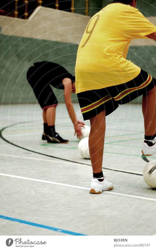 an die Bälle, Jungs! Hand Jugendliche grün Freude schwarz gelb Sport Spielen Linie Beine braun Gesundheit Rücken Kreis liegen Freizeit & Hobby
