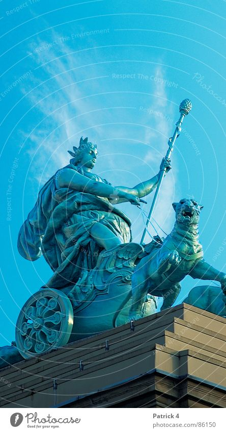 Theater Wiesbaden Tier Spielen Dach Skulptur Stab gestikulieren Zugtier