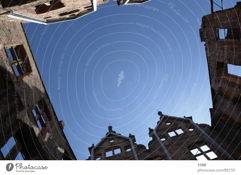 Fasandenschlucht Haus Dachgiebel Fenster historisch Ruine Wand Schwarzwald Kulisse verfallen Wahrzeichen Denkmal Fasade Vorderseite Himmel oben Blick blau