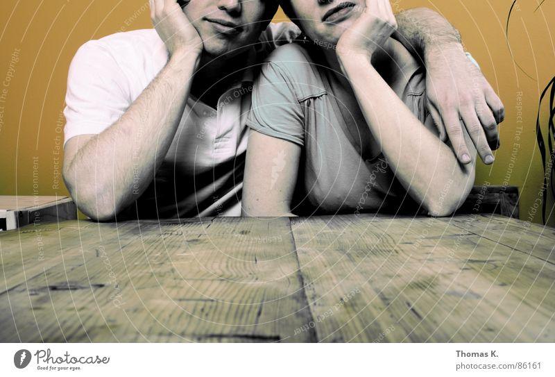 / | \ Frau Hand Pflanze Ernährung Holz Paar Tisch paarweise trist T-Shirt Dame Langeweile Familie & Verwandtschaft Ehepaar links rechts