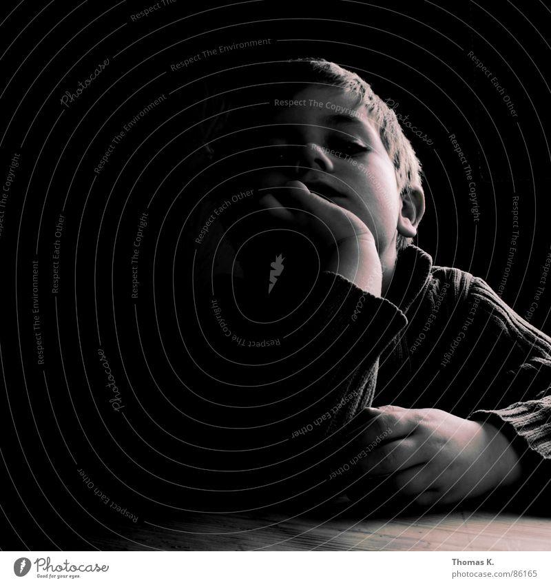 ........______........ Kind Hand schwarz dunkel Junge Kopf Traurigkeit Denken hell Beleuchtung Arme trist Müdigkeit Langeweile Schwäche sehr wenige