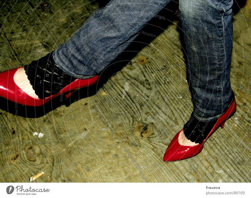 kiss my shoes baby Frau rot feminin Beine Schuhe sitzen Jeanshose Club Dame Verfall Jeansstoff Strümpfe lässig Parkett Damenschuhe