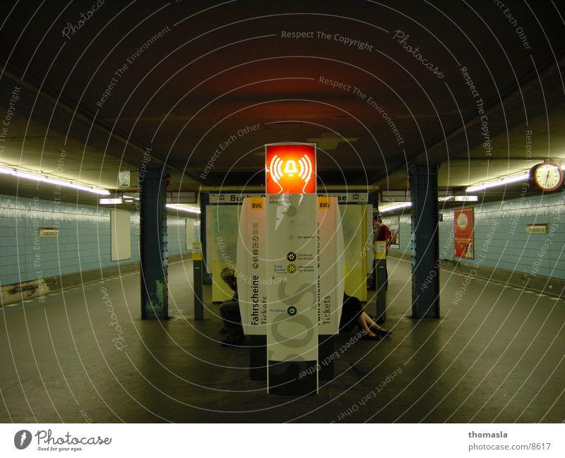 SOS Beine Telefon Club U-Bahn Bahnsteig Notruf