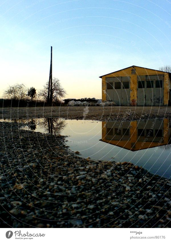 art has to be copied Wasser Himmel Haus gelb Farbe Stein Geschwindigkeit Idylle Tor Kies Scheune Pfütze Doppelbelichtung Symmetrie ländlich Stall