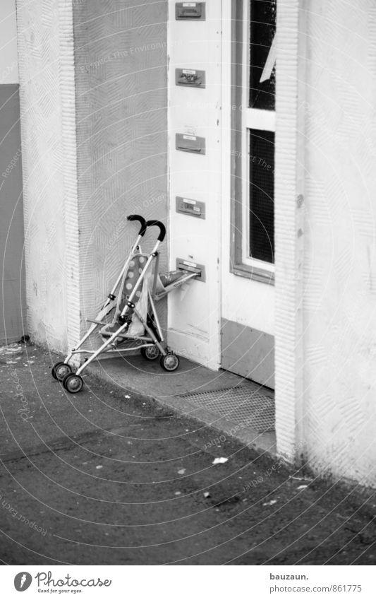 eingang. Wohnung Haus Stadt Bauwerk Gebäude Mauer Wand Fassade Tür Fußmatte Namensschild Wege & Pfade Kinderwagen Häusliches Leben Schwarzweißfoto Außenaufnahme