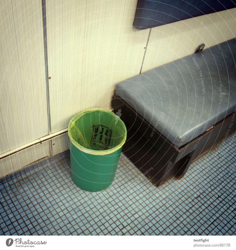 stilleben mit/im eimer Wand grau Wasserfahrzeug braun dreckig Tisch Bank Stuhl Rauchen Müll trashig Schifffahrt Festessen Sitzgelegenheit fließen