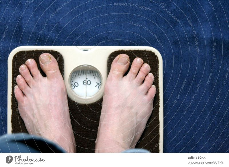 keine Sorgen Waage Gesundheit Diät Kilogramm 50 Trauer Innenaufnahme Ernährung Fuß sich wiegen zunehmen 60 70 Freude