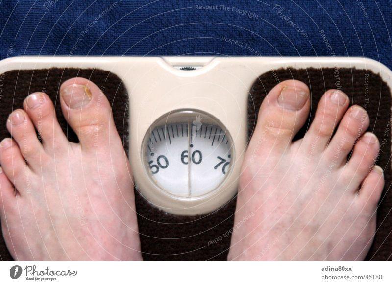 Das Leben ist schön Kilogramm Waage Gesundheit Diät 50 Trauer Innenaufnahme wiegen ungesund Verzweiflung Ernährung sich wiegen der Warheit ins Auge schauen Fuß