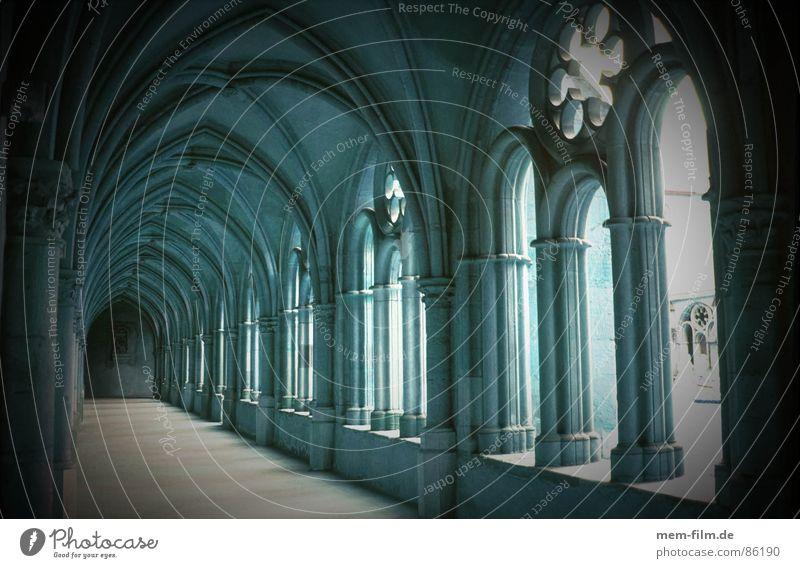 kreuzgang schwarz dunkel Tod Stein Architektur Geistlicher Spaziergang Konzentration Burg oder Schloss Denkmal historisch Flur Dom Gotik