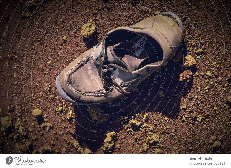 alter shuh Einsamkeit Straße Fuß Schuhe dreckig Arme wandern gehen laufen Bekleidung Freizeit & Hobby Vergänglichkeit Spitze