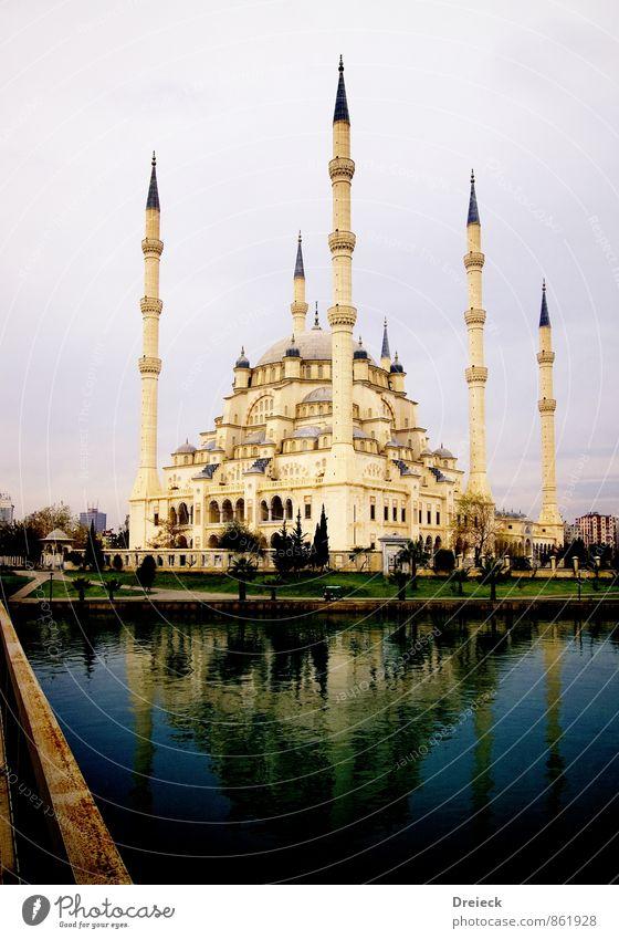 Moschee blau Stadt weiß Wasser Architektur Gebäude Religion & Glaube Stein groß Turm Kultur Bauwerk Gebet gigantisch Kuppeldach Moschee