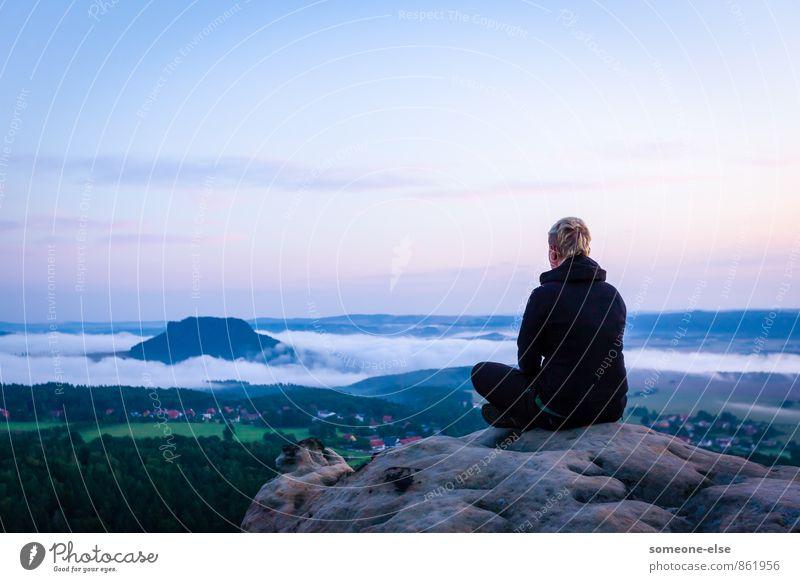 Morgen über dem Nebelstrom Mensch Natur blau Erholung Landschaft ruhig Ferne Erwachsene feminin Stein Stimmung Idylle Zufriedenheit Rücken wandern