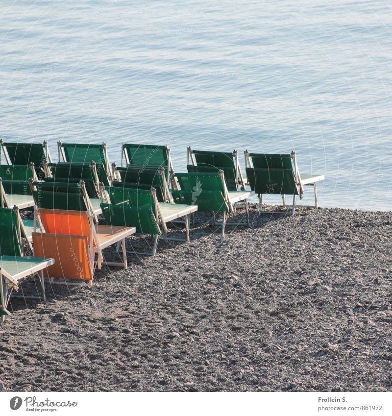 Individualreisen Massentourismus Ferien & Urlaub & Reisen Tourismus Sommerurlaub Sonnenbad Strand Meer Stuhl Wasser Klappstuhl Liegestuhl Sitzreihe Sand maritim