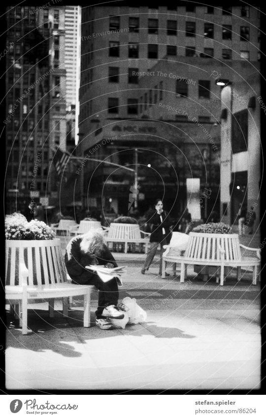obdachlos Rockefeller Center Plaza New York City Obdachlose Bart Zeitung Armut Geldnot armselig genießen betteln Vergnügungspark Mann poor Bank kein geld