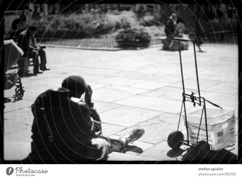 obdachlos 2 Rockefeller Center Plaza New York City Obdachlose Bart Zeitung Armut Geldnot genießen betteln Vergnügungspark Mann Bank kein geld poor