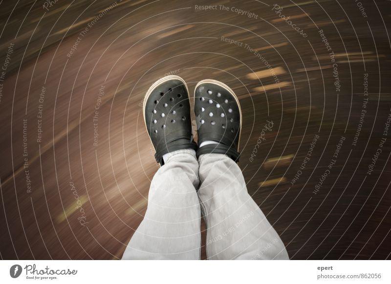 Freidrehen Schaukel schaukeln Beine Fuß Schuhe Bewegung fallen fliegen frei Geschwindigkeit Freude Lebensfreude erleben Zufriedenheit Leichtigkeit Perspektive