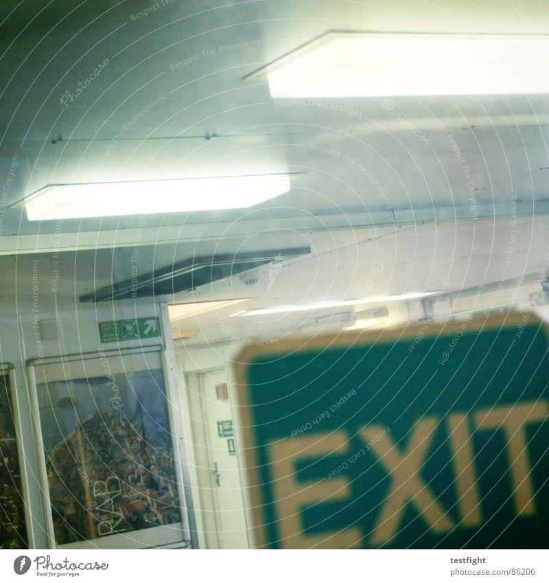 muss mal kurz raus hier Wand grau Lampe Wasserfahrzeug braun Tür Glas dreckig Rauchen Müll trashig Schifffahrt Fensterscheibe Festessen Flucht