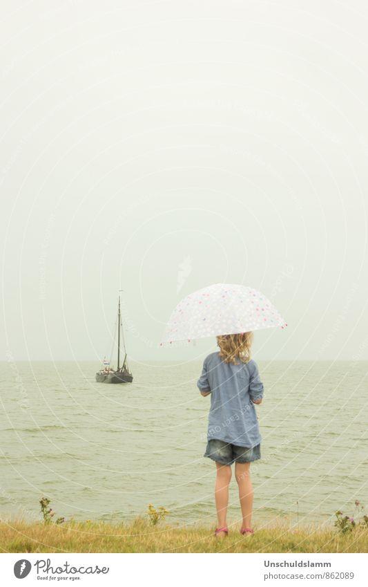 Coming home Mensch Kind Sommer ruhig Mädchen Ferne Leben Gefühle Küste grau Stimmung Wetter Regen Kindheit Tourismus warten