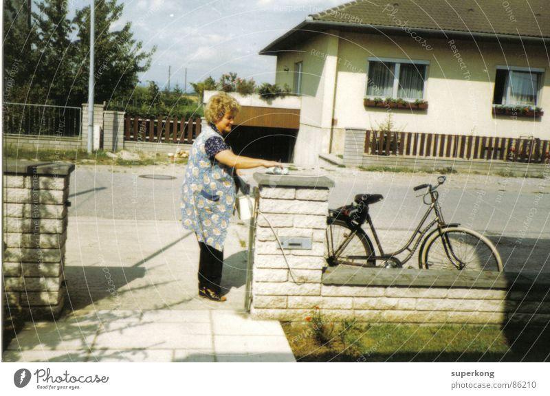 House retro Stil Mauer Fahrrad Neuanfang Hoffnung Nachbar Frau Gartenzaun grau Luft Freude hungernot DDR atmen Hoffnungslosigkeit Morgen
